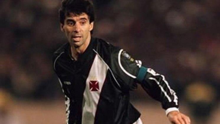 MAURO GALVÃO- Mauro Galvão foi outro que também jogou até os 40 anos. Ele se destacou por Internacional, Botafogo e Vasco, onde conquistou uma Libertadores no centenário do clube cruzmaltino. É um dos melhores zagueiros brasileiros da história
