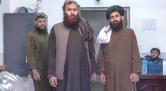 Mawlawi Fazel Bari (à direita) lidera várias rezas para outros prisioneiros