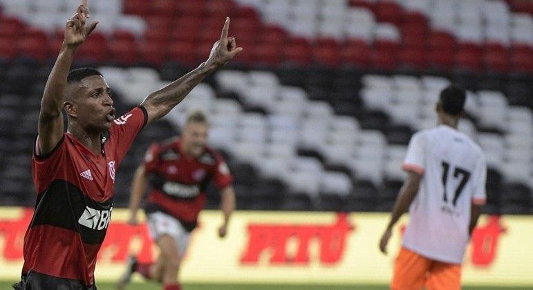 Max comemora o seu gol na vitória do Flamengo contra o Nova Iguacu