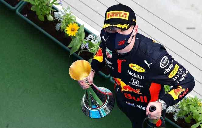 Max Verstappen bateu antes da largada, mas se recuperou e terminou em segundo