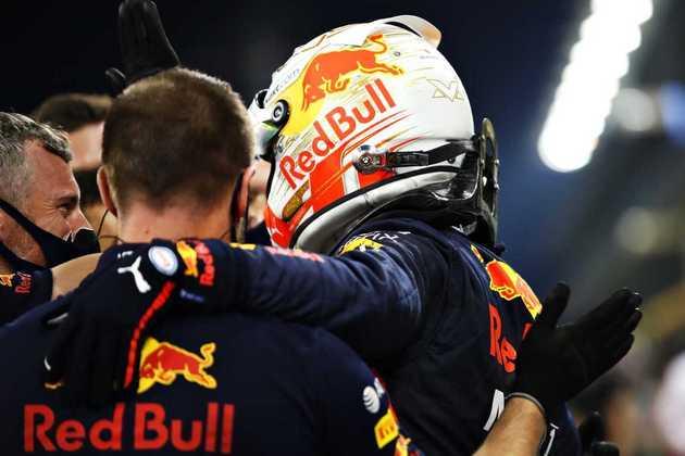 Max Verstappen comemora a conquista de uma pole improvável neste sábado em Abu Dhabi.