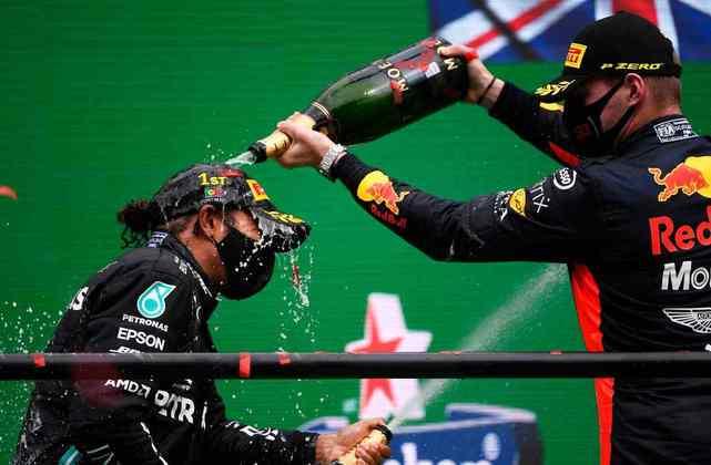 Max Verstappen comemora com Lewis Hamilton. Mais uma vez a dupla esteve em um pódio na temporada 2020