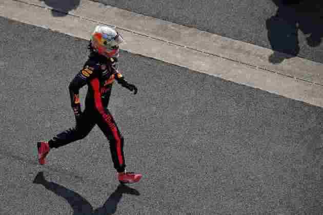 Max Verstappen corre nos boxes para comemorar com a equipe Red Bull