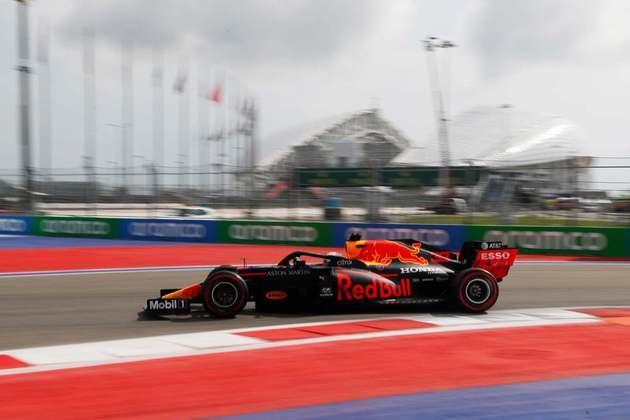 Max Verstappen em ação durante os treinos em Sóchi. Holandês gostou do segundo lugar no grid