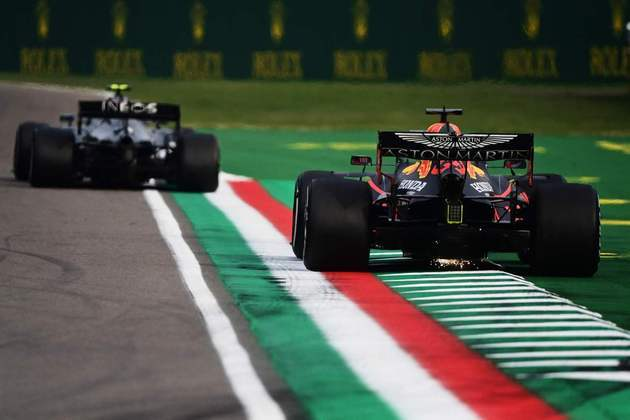 Max Verstappen era o segundo colocado quando abandonou o GP da Emília-Romanha