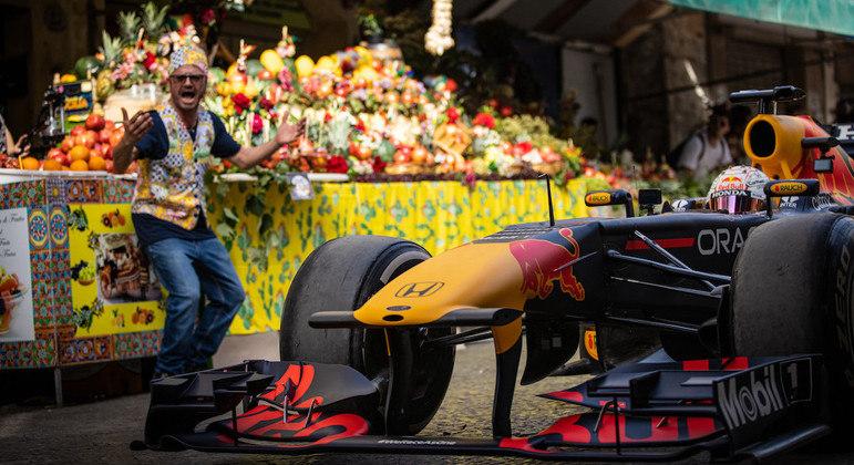 Holandês Max Verstappen passeia com Red Bull pelas ruas de Palermo, na Itália
