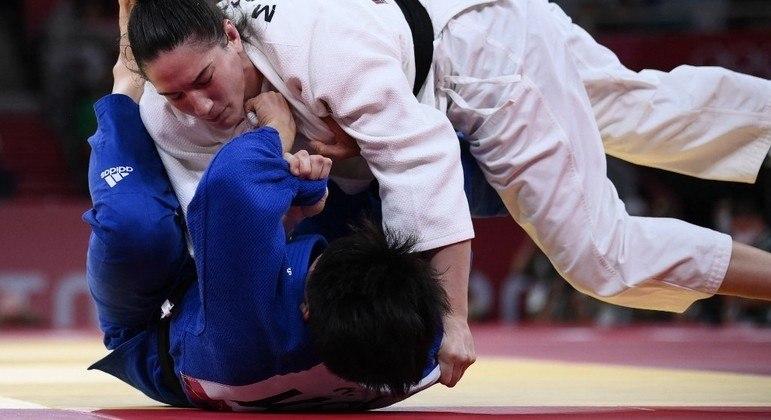 Mayra Aguiar conquistou seu terceiro bronze ao imobilizar sul-coreana em Tóquio
