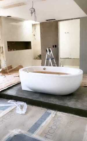 Quarto conta com banheira
