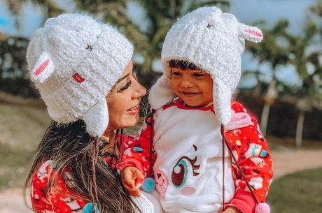 Mayra e a filha combinaram os looks