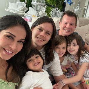 Mayra posou com os dois ex-maridos