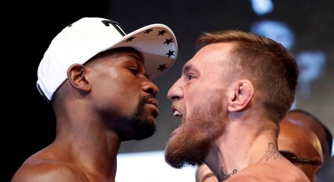 McGregor (à dir.) encara Mayweather antes de sua estreia no boxe