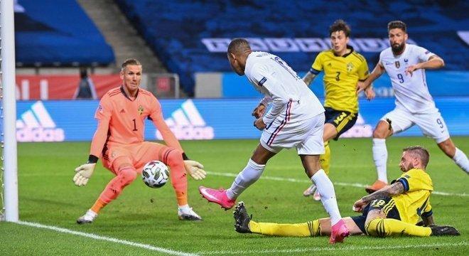 Detalhe do lance espetacular de Mbappé, Suécia 0 X 1 França