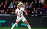 Em seguida, na quarta colocação, o francês Kylian Mbappé, do Paris Saint-Germain, recebendo 43 milhões de dólares (R$ 237 milhões) por ano