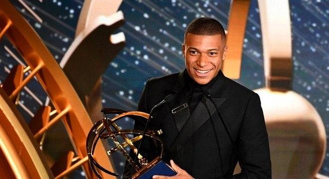 Mbappé com o prêmio que foi de Neymar. A França já o reverencia