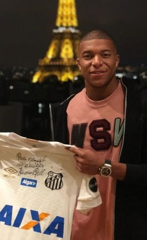 9036ab89535cf Tem moral ! Mbappé exibe camisa do Santos presenteada por Pelé ...