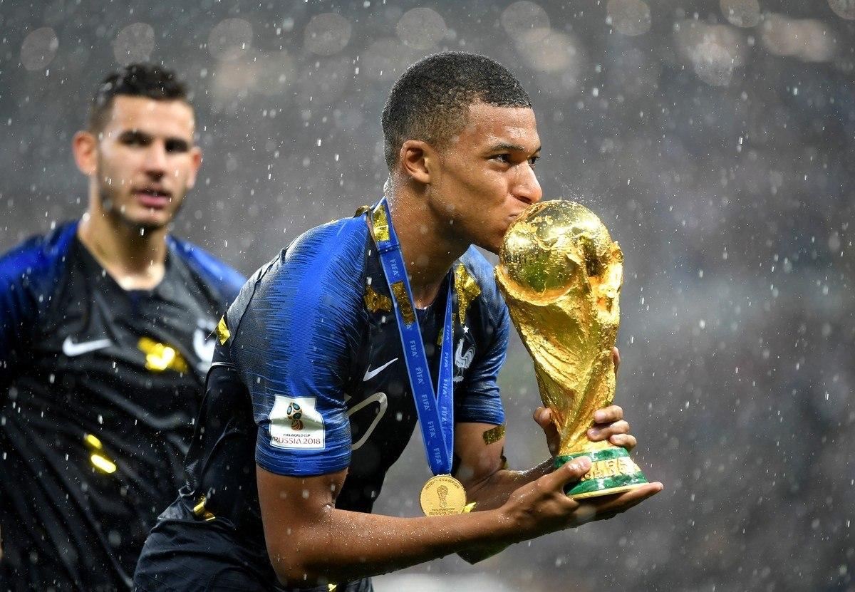 Mbappé. 21 anos. Campeão do mundo. Artilheiro do PSG. O mais valorizado