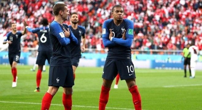 e1abb0c937 Mbappe e Griezmann comemoram gol da França contra o Peru