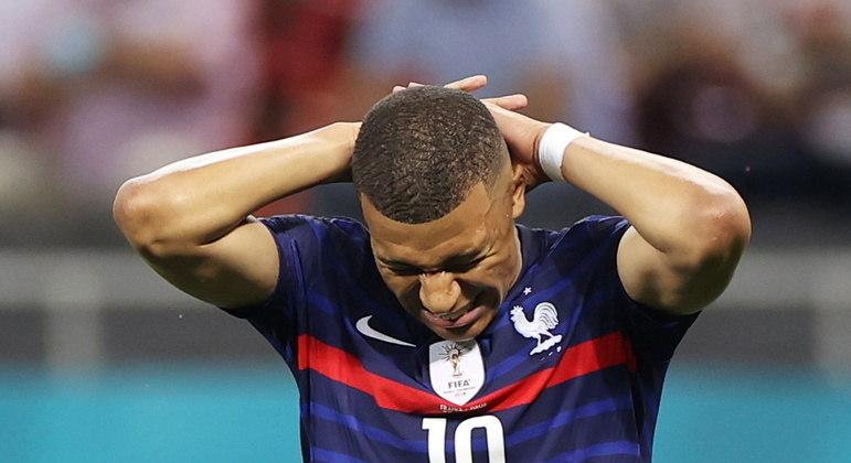 """""""A tristeza é imensa"""", escreveu Mbappé. Jogador está sendo perdoado na França"""