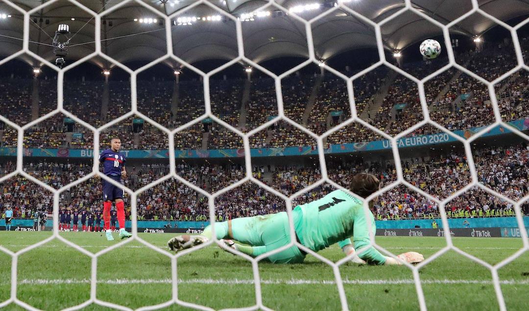 O pênalti desperdiçado por Mbappé. Que tirou a França da disputa da Eurocopa