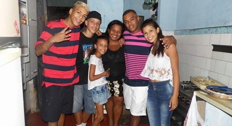 MC Kevin está à esquerda da foto com seus demais familiares
