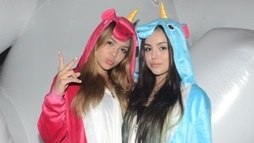 MC Melody e a irmã Bella usam pijamas de unicórnio em festa de Tati Zaqui ()