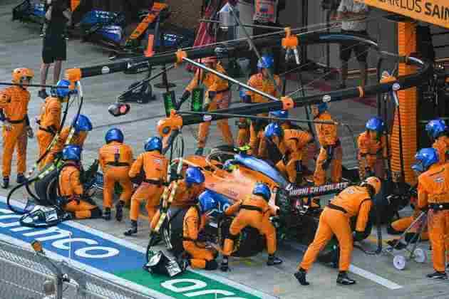 McLaren trabalha no pit-stop de Lando Norris. Mesmo assim, britânico não conseguiu ganhar muitas posições na corrida