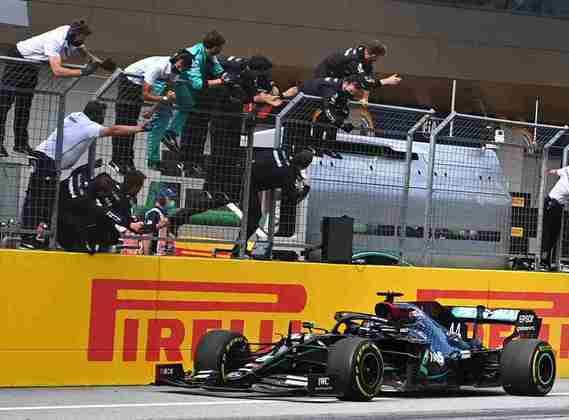 Mecânicos da Mercedes fazem festa com Lewis Hamilton na bandeirada final