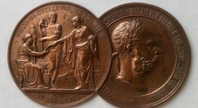Pryce Jones participou de exposições em todo o mundo e ganhou várias medalhas, como esta na Feira de Viena de 1873.