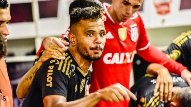 Revelado pelo Fluminense, Fernando Bob defendeu ainda Internacional e Ponte Preta, entre outros times. O atleta de 31 anos vai defender o Boavista no Cariocão