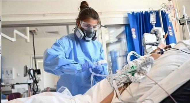Na ausência de uma droga que comprovadamente ataque o vírus, médicos apostam em tratamentos para lidar com as consequências que ele traz ao corpo