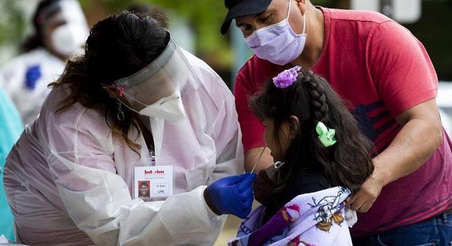 Médica colhe material para exame de garota nos Estados Unidos