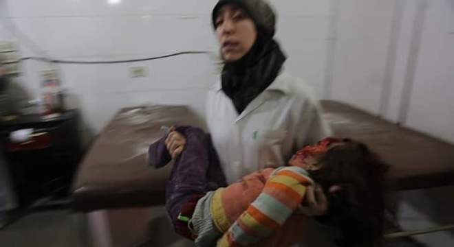 Médica síria Amani Ballour atende vítima da guerra na Síria