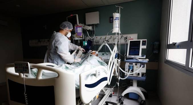 Médico atende paciente com covid-19 na UTI de hospital de São Paulo