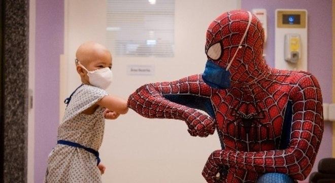 O médico anestesista Guilherme Portela Perfeito se veste de super-herói antes da cirurgia