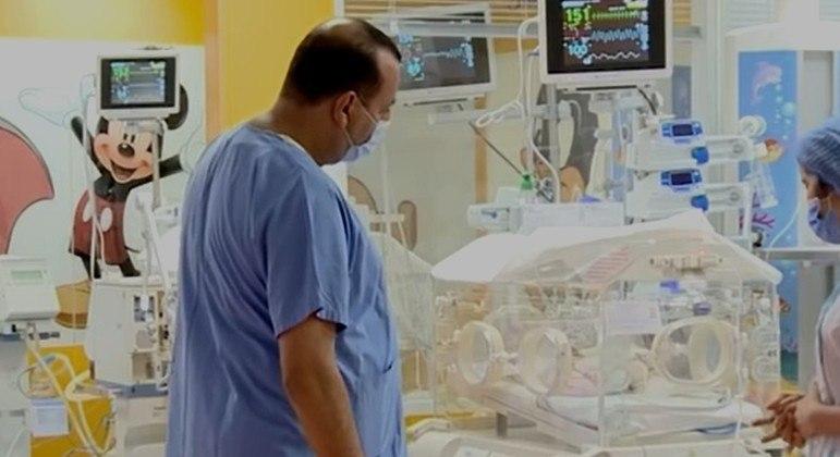 Responsável pelo parto, o obstetra Yazid Murad se surpreendeu com o número de bebês