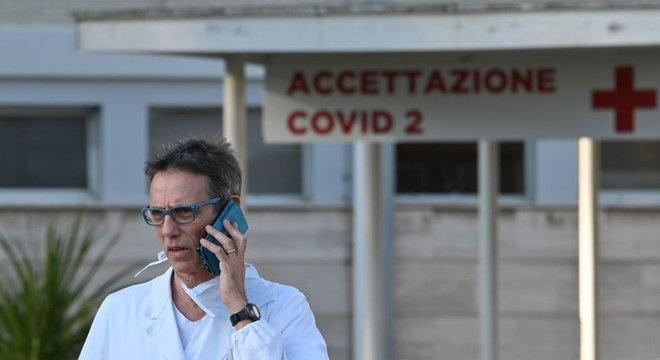Médicos enfatizam excesso de trabalho e perda de pacientes, colegas e familiares pelo coronavírus