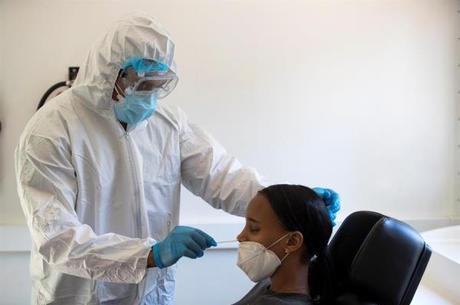 Médico realizando teste de coronavírus.