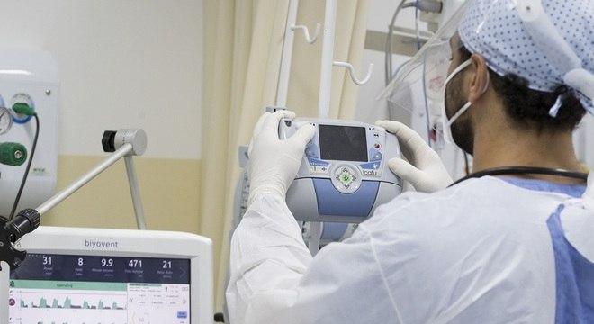 Médico trabalha em UTI com pacientes com covid-19 em  Santo André, no ABC Paulista
