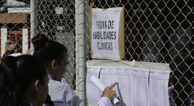Médicos com diploma estrangeiro fazem exame para confirmar seus conhecimentos