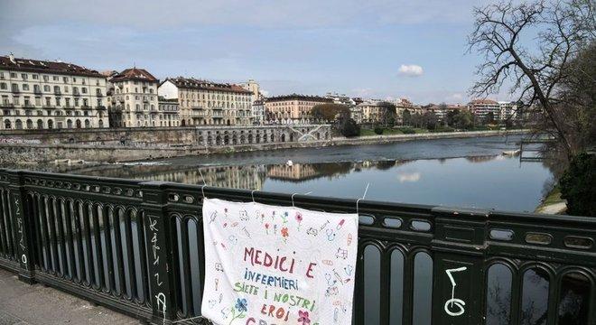 'Médicos e enfermeiros são nossos heróis, obrigado', diz uma placa pendurada na ponte Vittorio Emanuele, em Turim