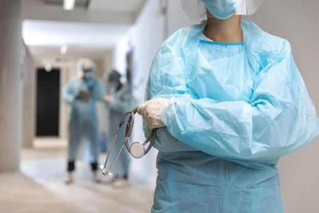 Média semanal de casos e internações em hospitais caíram 16% e 2%, respectivamente