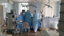 Médicos realizam cirurgia cardíaca dentro de hospital em chamas