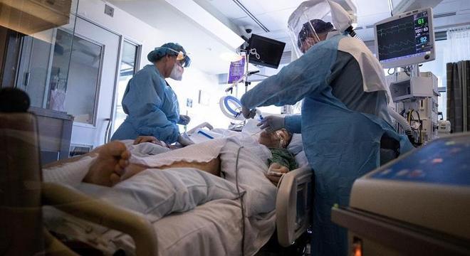 Médicos prestam atendimento a paciente com covid-19 na Califórnia