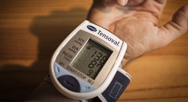Covid-19 pode descompensar hipertensão, mesmo se estiver controlada
