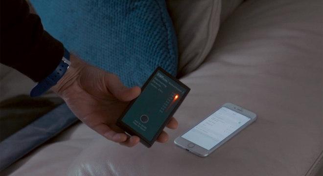 A prova: o medidor registra níveis altos de radiação perto do celular de Dean conectado ao Wi-Fi e Bluetooth