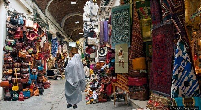 A Medina de Túnis é uma mistura de ruas estreitas, souks, mesquitas e estruturas históricas
