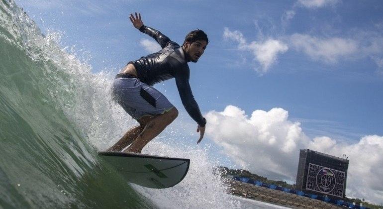 Gabriel Medina começa a disputar o torneio de surfe