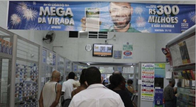 Movimento de apostadores em casa lotérica na cidade de Campinas (SP)