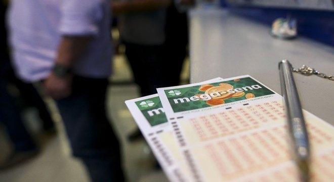 A Mega-Sena promete sortear o prêmio de R$ 100 milhões neste sábado (14) no concurso número 2.188.