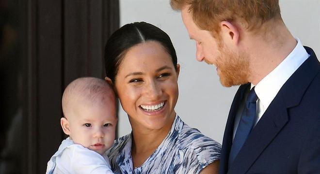 Harry e Meghan, com o filho, Archie